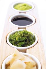 Sushi Zutaten: Sojasauce, Ingwer und Wasabi