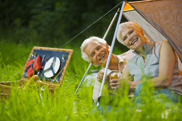 Älteres Paar beim Camping, Portrait