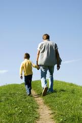 Vatergeht Hand in Hand mit seinem Sohn