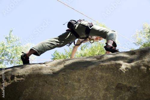 Junge Frau beim Bergsteigen