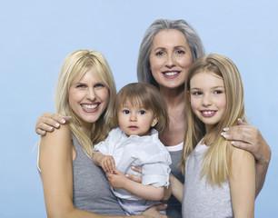 Ältere Frau mit Tochter und Enkel, Portrait