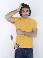 Mann mit Pinsel, Hand am Kopf