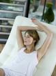 Frau entspannt auf Liegestuhl, Wegschauen, Nahaufnahme