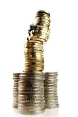 Figur klettert auf Haufen von Münzen