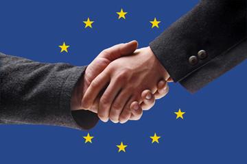 Männer, Händeschütteln vor Flagge der Europäischen Union