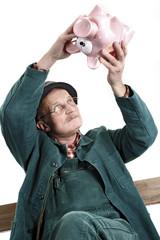 Alter Mann mit Sparschwein