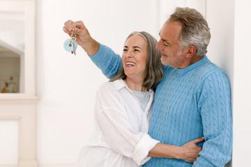 Älteres Ehepaar lächelnd, Mann zeigt Schlüssel, Nahaufnahme