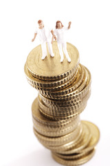 Figuren, Krankenpflege Utensilien, auf Haufen von Münzen