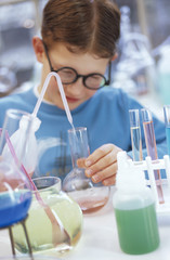 Junge im Labor