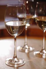 Weißweingläser auf Weinfass, Nahaufnahme