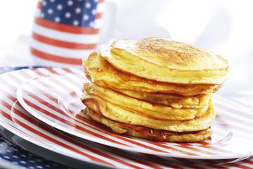 Pfannkuchen auf amerikanischem Geschirr