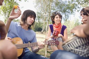 Deutschland, Leipzig, Ammelshainer See, Freunde beim Picknick