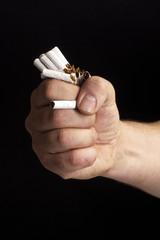 Faust zerstört Zigaretten