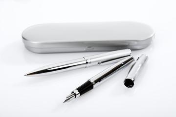 Stift, Kugelschreiber und Stiftebox, angeordnet