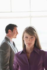 Geschäftsfrau, männliche Kollegen im Hintergrund