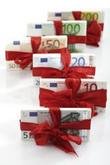 Bündel von Banknoten als Geschenk gebunden, Nahaufnahme
