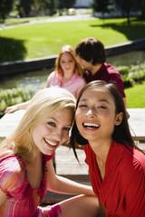 Deutschland, Bayern, Oberbayern, Zwei junge Frauen im Biergarten, lachen, Porträt
