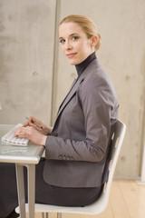 Geschäftsfrau mit einem Computer, Portrait