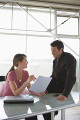 Frau und Mann beim Business-Talk, Teamarbeit