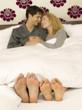 Junges Paar im Bett liegend, Nahaufnahme der Füße