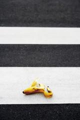 Bananenschale liegt auf Zebrastreifen
