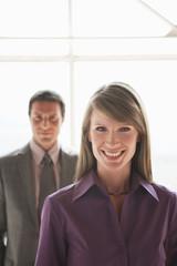 Zwei Geschäftsleute, Mann und Frau lächelnd