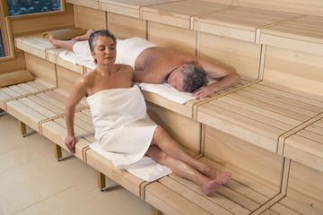 Älteres Ehepaar in der Sauna