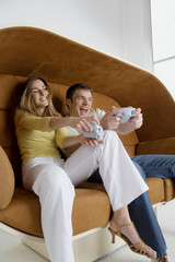 Junges Paar spielt Videospiel