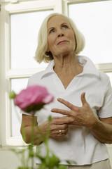 Ältere Frau, stehend, Portrait