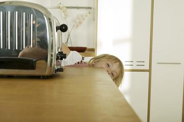 Mädchen versteckt sich in Küche