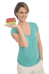 Frau hält Miniaturhaus, Thema Eigenheim