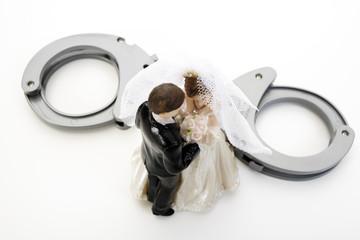 Hochzeitspaar Figuren und Handschellen