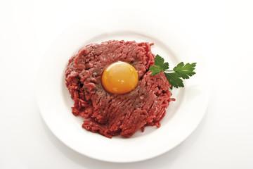 Hackfleisch mit Ei auf Teller, Erhöhte Ansicht