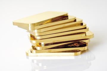 Goldbarren auf weißem Hintergrund