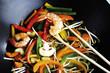 Gemüse und Garnelen im Wok mit Essstäbchen