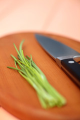 Schnittlauch und Messer auf Schneidebrett