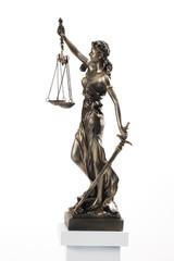 Justizia Figur auf Sockel