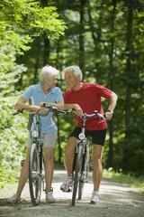 Älteres Paar mit Fahrrädern, eine Pause machend