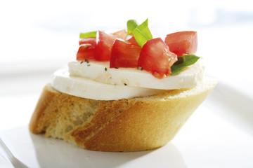Bruschetta mit Parmaschinken und Oliven und Mozzarella mit Tomaten, italienische Vorspeisen