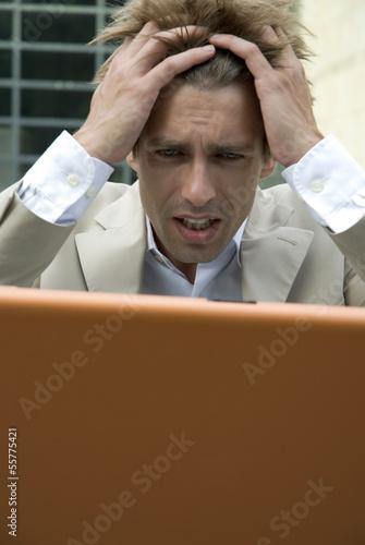 Geschäftsmann mit Laptop, im Freien, Nahaufnahme