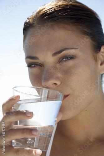 Frau hält Glas Wasser