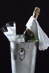 Eine Flasche Champagner im Eiskübel