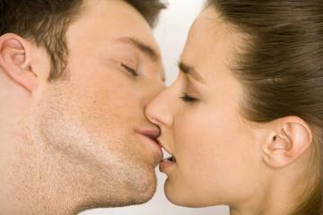 Junges Paar küsst sich, Seitenansicht, close up