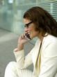 Geschäftsfrau mit Handy, Nahaufnahme, Seitenansicht