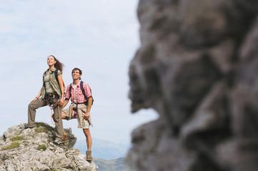 Österreich, Salzburger Land, Paar auf Bergspitze