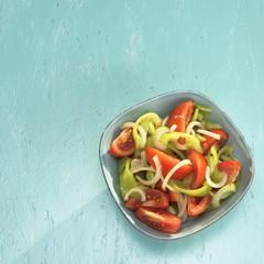 Griechischer Salat mit Tomaten und grüner Paprika