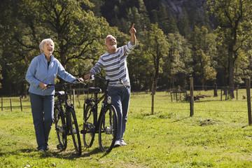 Österreich, Karwendel, älteres Paar schiebt Fahrräder