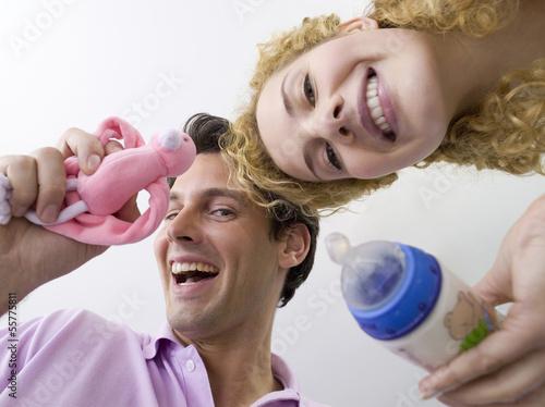 Junges Paar, Frau mit Fläschchen, Portrait