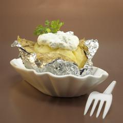 Ofenkartoffel mit Quark in Folie, Nahaufnahme