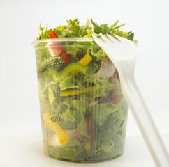 Gemischter Salat in Plastikschale, Nahaufnahme